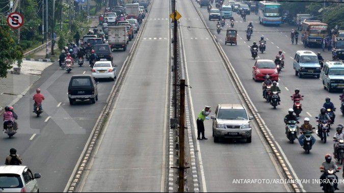 Seorang polisi menghentikan sebuah mobil yang menggunakan jalur busway di kawasan Terminal Senen,Jakarta. FOTO ANTARA/Ardiansyah Indra Kumala/nz/12.