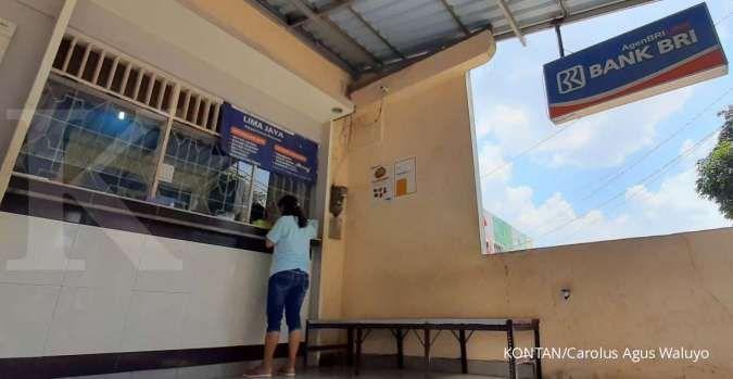Nasabah melakukan transaksi keuangan melalui agen BRI Link di Tangerang Selatan, Minggu (30/8).