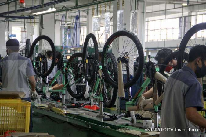 Pekerja menyelesaikan kerangka sepeda di pabrik sepeda PT Insera Sena di Desa Wadungasih, Bunduran, Sidoarjo, Jawa Timur, Senin (3/8/2020). ANTARA FOTO/Umarul Faruq/hp.