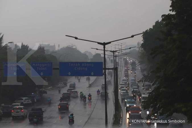 Cuaca hari ini di Jabodetabek hujan, waspada petir dan angin kencang
