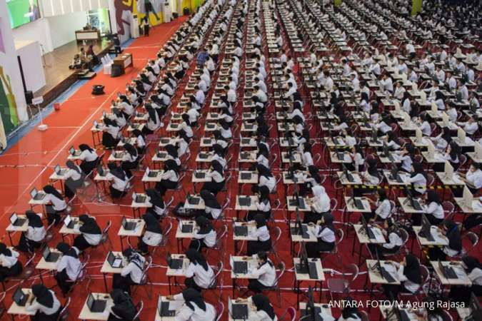 Sejumlah peserta mengikuti Seleksi Kompetensi Dasar (SKD) berbasis Computer Assisted Test (CAT) untuk Calon Pegawai Negeri Sipil (CPNS) Pemprov Jabar di GOR Arcamanik, Bandung, Jawa Barat, Kamis (30/1/2020). Seleksi Kompetensi Dasar (SKD) Calon Pegawai Ne