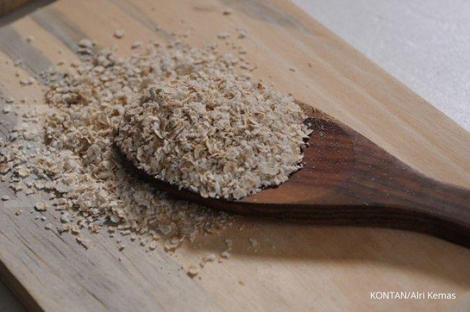 Cara membuat masker tomat bisa dicamput dengan oatmeal untuk membersihkan komedo.