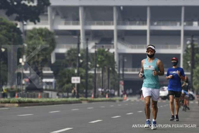 Warga berolahraga lari di Kompleks Stadion Utama Gelora Bung Karno (SUGBK), Jakarta, Sabtu (6/6/2020). Pemakaian masker sebaiknya Anda lakukan saat olahraga lari.
