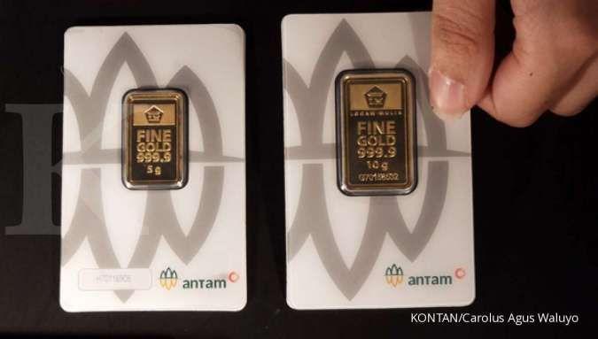 Karyawan memperlihatkan emas logam mulia di Galeri 24 Jakarta, Jumat (4/9). Harga emas 24 karat Antam keluaran Logam Mulia PT Aneka Tambang Tbk (ANTM) turun Rp 3.000 per gram pada Jumat (4/9). harga pecahan 1 gram emas Antam pada Jumat (4/9) berada di Rp