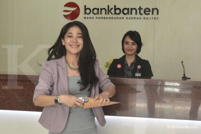 Suasana pelayanan nasabah di kantor Bank Banten, Jakarta (31/5). KONTAN/Muradi/2017/05/31
