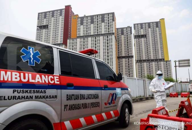 Petugas kesehatan menggunakan alat pelindung diri saat memberikan berkas pasien Covid-19 yang tiba di pos pemeriksaan IGD Rumah Sakit Darurat Penanganan COVID-19, Wisma Atlet Kemayoran, Jakarta Pusat