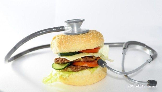 Salah satu pantangan kolesterol adalah burger dan makanan cepat saji lainnya.