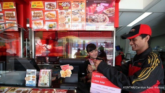 Pengantar piza bersiap mengantarkan pesanan konsumen di PHD Pos Pengumben Jakarta.