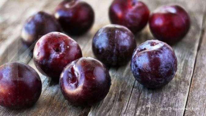 Anda menderita kolesterol tinggi? Minum jus buah plum bisa menurunkan kolesterol loh