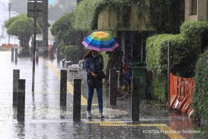 Cuaca besok di Jabodetabek sebagian besar hujan, Jakarta Selatan & Timur hujan petir