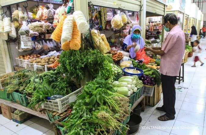Pedagang menunggu calon pembeli bahan makanan di Pasar Jaya Grogol, Jakarta, Senin (24/08).