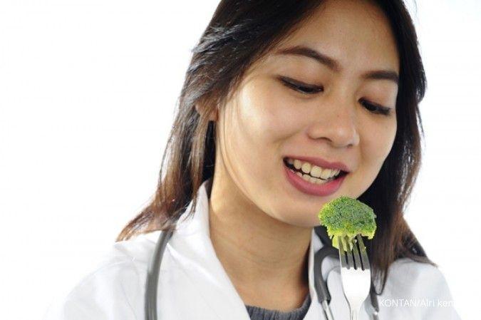 Mengonsumsi makanan bergizi bisa jadi cara merawat rambut.