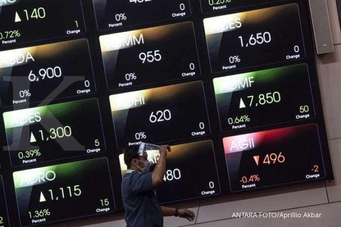 Pekerja berjalan di samping grafik pergerakan saham di gedung Bursa Efek Indonesia, Jakarta, Rabu (26/8/2020). Indeks Harga Saham Gabungan (IHSG) dibuka menguat 10,81 persen atau 0,2 persen ke posisi 5.349,7. ANTARA FOTO/Aprillio Akbar/aww.