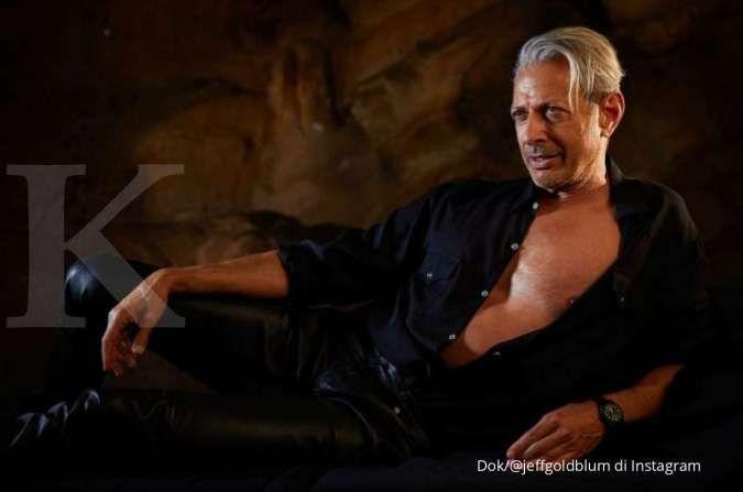 Jeff Goldblum reka ulang pose ikonik dari film Jurassic Park yang rilis tahun 1993.