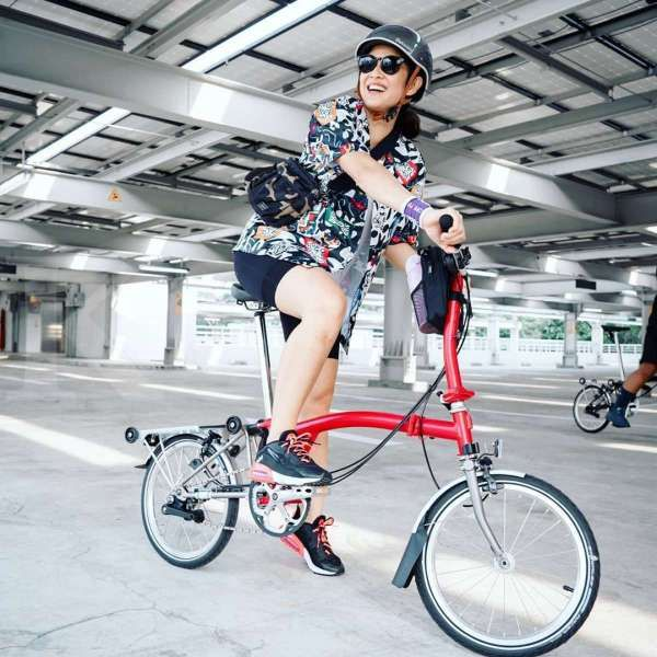 Dian Sastro gowes sepeda Brompton model premium, ini harga sepeda lipatnya