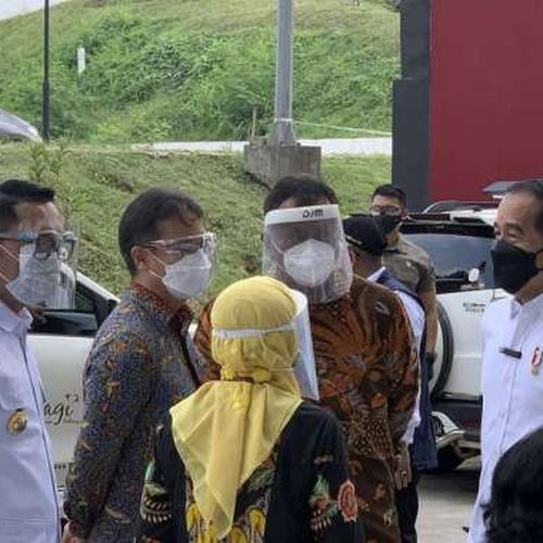 Presiden Joko Widodo Tinjau Sentra Vaksinasi Indonesia Bangkit