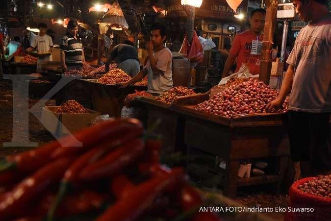 Pedagang dan juru angkut beraktivitas tanpa memakai masker di Pasar Induk Kramat Jati, Jakarta, Kamis (1/10/2020). ANTARA/Indrianto Eko Suwarso