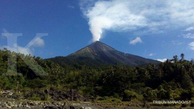 Suara gemuruh Gunung Karangetang terdengar dan muncul sinar api