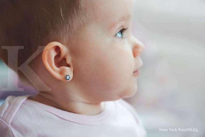 Moms, ini waktu yang tepat untuk tindik telinga bayi perempuan