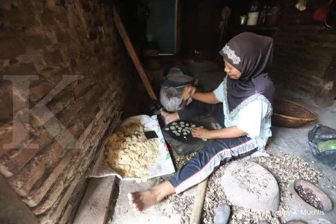 Menumbuk melinjo menjadi emping, aktivitas turun-temurun di Desa Banyuresmi