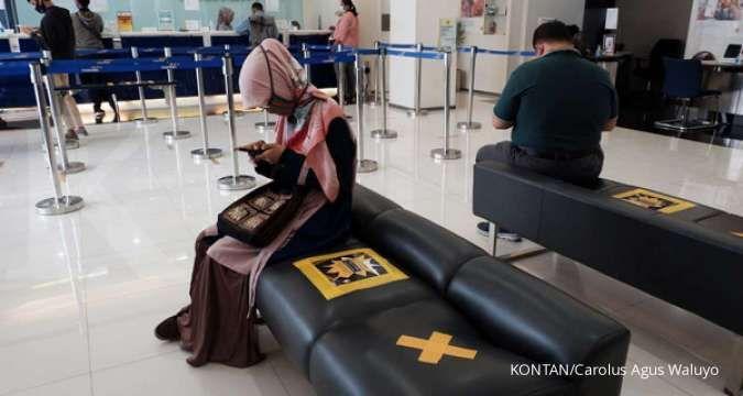 Nasabah mengantri dengan tetap menjaga jarak di salah satu bank di Jakarta, Jumat (18/9). /pho KONTAN/Carolus Agus Waluyo/18/09/2020.