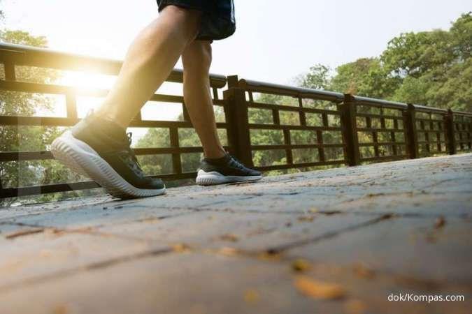Jalan kaki termasuk salah satu cara mengatasi sesak nafas.