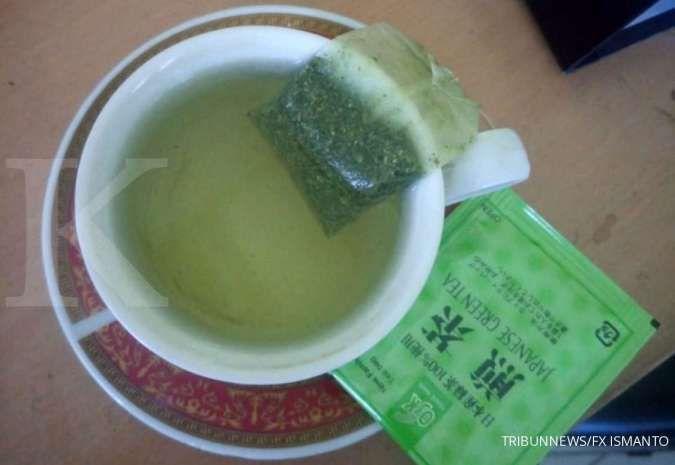 Cara membersihkan paru-paru bisa menggunakan teh hijau.