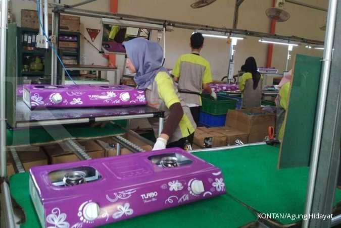 Pekerja menyelesaikan produksi kompor gas di pabrik peralatan elektronik rumah tangga PT Selaras Citra Nusantara Perkasa (SCNP), di Cileungsi, Jawa Barat, Kamis (10/10/2019).