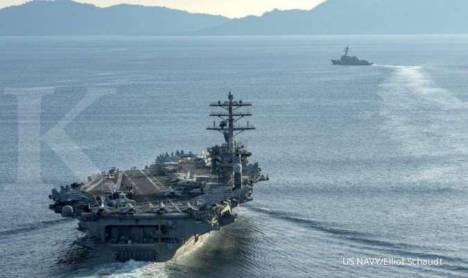 Kapal induk AS USS Nimitz dan kapal penjelajah rudal berpemandu kelas Ticonderoga USS Princeton (CG 59) transit di Selat Balabac, Filipina, menuju lokasi latihan di Laut China Selatan.