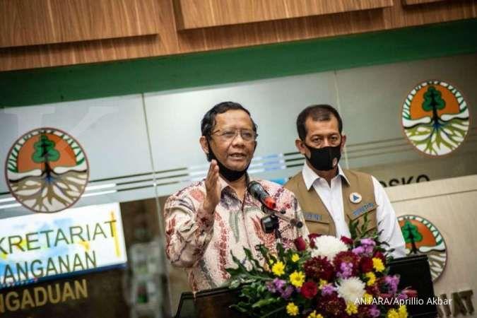 Menko Polhukam Mahfud MD (kiri) didampingi Kepala BNPT Doni Monardo