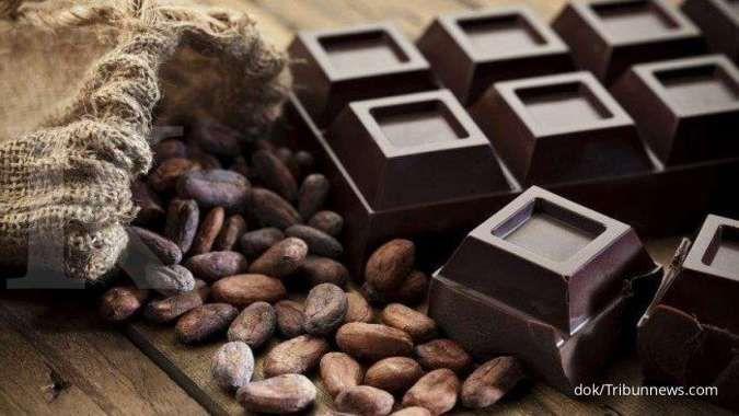 Makan coklat hitam secara rutin bisa menurunkan kolesterol tinggi