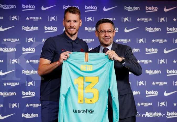 Kiper FC Barcelona, Neto bersama Presiden Barcelona Josep Maria Bartomeu