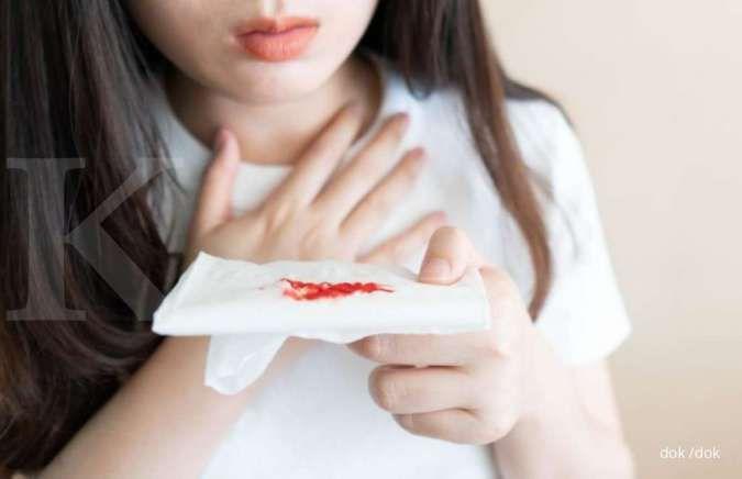 Meski jarang terjadi, batuk berdarah termasuk gejala pneumonia.