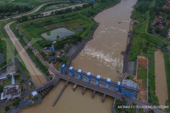 Foto udara aliran sungai Citanduy di Bendungan Manganti yang terletak di Purwadadi, Kabupaten Ciamis, Jawa Barat, Rabu (8/1/2020). Bendung Manganti yang dibangun mulai tahun 1971 hingga 1987, merupakan bendungan sarana pengendali banjir dan pengairan salu