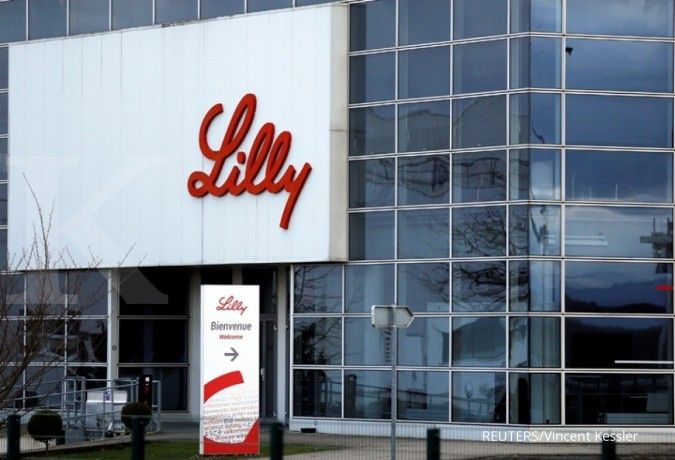 Eli Lilly and Co said that the clinical trial of its COVID-19 antibody treatment has been paused because of a safety concern.