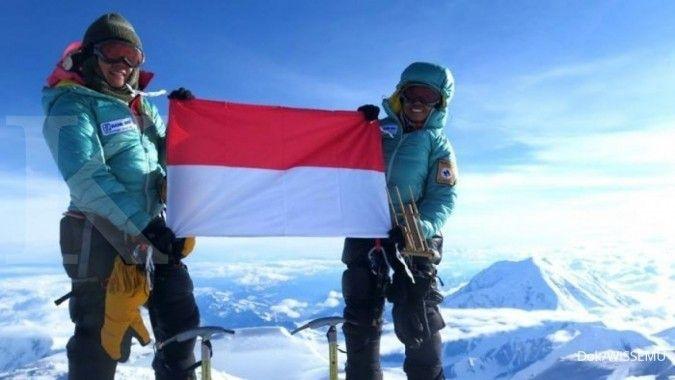 Dua srikandi Indonesia kibarkan Merah Putih di titik tertinggi dunia