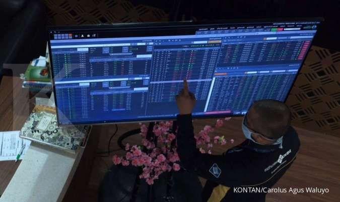 Pialang saham mengamati pergerakan saham./pho KONTAN/Carolus Agus Waluyo/01/10/2020.