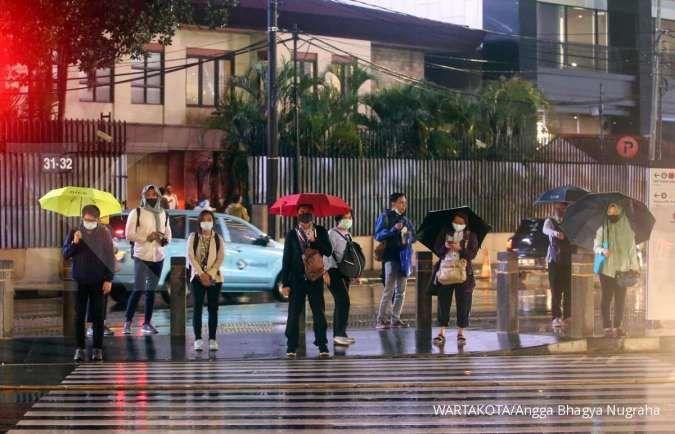 Cuaca besok di Jabodetabek hujan turun merata, mulai ringan hingga petir