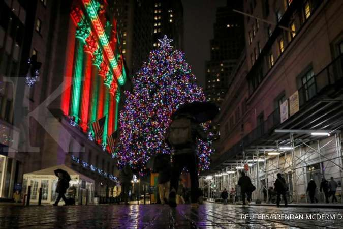 A Christmas tree is seen outside the New York Stock Exchange (NYSE) in the financial district in New York, U.S., December 17, 2019. REUTERS/Brendan McDermid