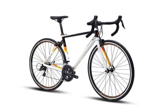 Buat pecinta gowes trek aspal, harga sepeda balap Polygon Strattos S3 lumayan mahal
