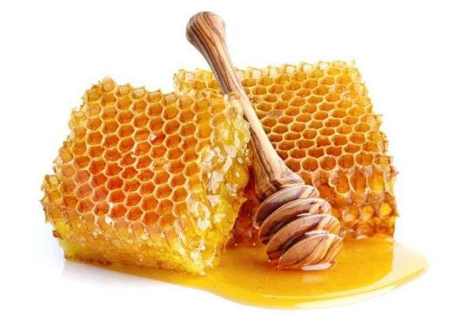Salah satu manfaat madu untuk wajah adalah mengangkat sel kulit mati.