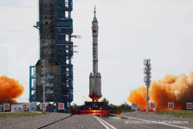 China sukses luncurkan tiga astronot menuju stasiun luar angkasa yang baru