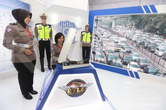Anggota Polwan menunjukkan kamera Electronic Traffic Law Enforcement (ETLE) saat perkenalan inovasi solusi lalu lintas di Mapolda Metro Jaya, Kamis (5/12/2019). Dalam inovasinya, Polda Metro Jaya meluncurkan sejumlah pengembangan layanan publik seperti ET