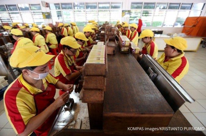 Aktivitas di pabrik sigaret kretek tangan (SKT) PT HM Sampoerna Tbk (HMSP) di Surabaya, Kamis (19/5/2016). Manajemen Sampoerna berhasil melaksanakan program keselamatan dan kesehatan kerja bagi sekitar 17.000 pekerja di lima pabrik sigaret kretek tangan (