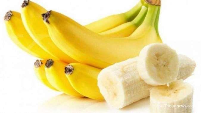 Makan pisang termasuk cara mengatasi flu.