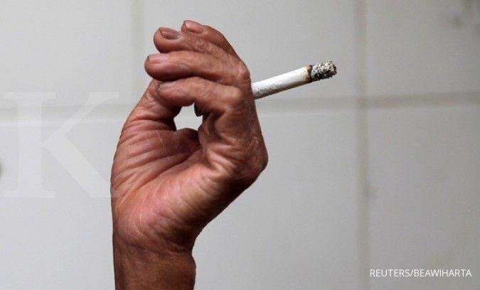 Salah satu cara menjaga kesehatan mata adalah dengan berhenti merokok.