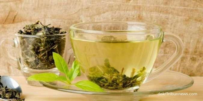 Mengonsumsi teh hijau termasuk salah satu tips menurunkan berat badan yang bisa Anda coba.