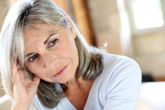 Menopause termasuk salah satu penyebab perut buncit yang dialami wanita.