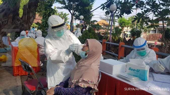 SEPI PEMINAT - Petugas medis mengambil sampel spesimen warga saat melalukan tes usap atau swab test di taman kawasan Pasar Keputran Surabaya, Senin (20/7/2020). UPDATE corona di Jawa Timur Selasa (28/7) positif 21.125 sembuh 13.081 meninggal 1.630 orang.