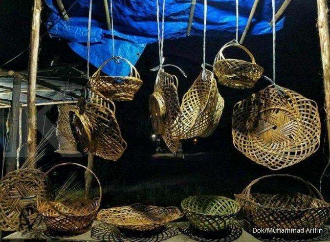 Menganyam laba dari lidi limbah sawit khas Riau